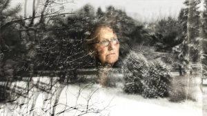 Le visage de Joan reflété dans une vitre, dans In the Waves