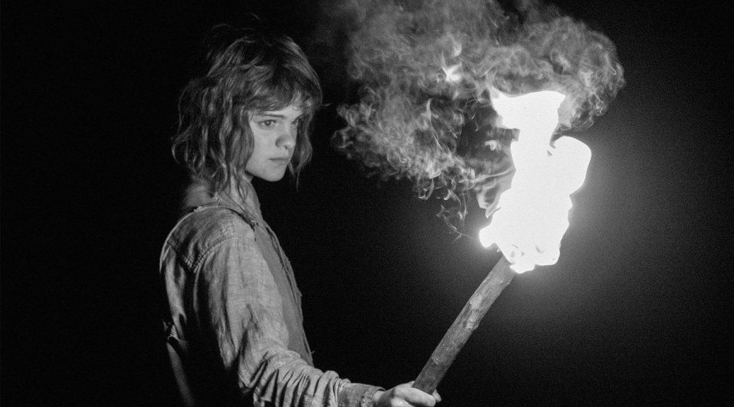 La petite fille tient une torche allumée, dans La petite fille qui aimait trop les allumettes