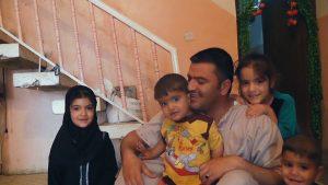 L'infirmier Nori Sharif entouré de ses enfants, dans Nowhere to Hide