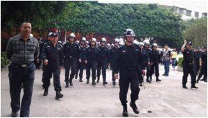 Des policiers qui se préparent à disperser une manifestation de travailleurs, dans Web the  Workers
