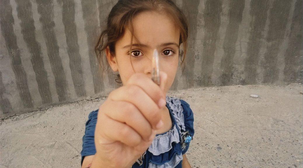 Une jeune fille tient une balle de fusil, dans Nowhere to Hide
