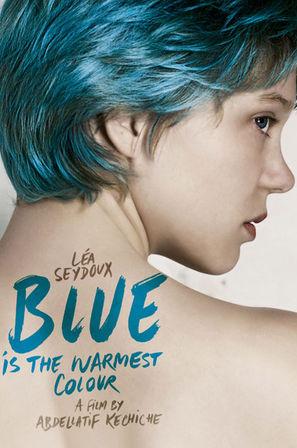Une jeune fille aux cheveux bleus