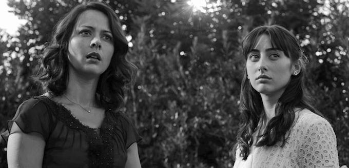 Deux femmes regardent devant elles