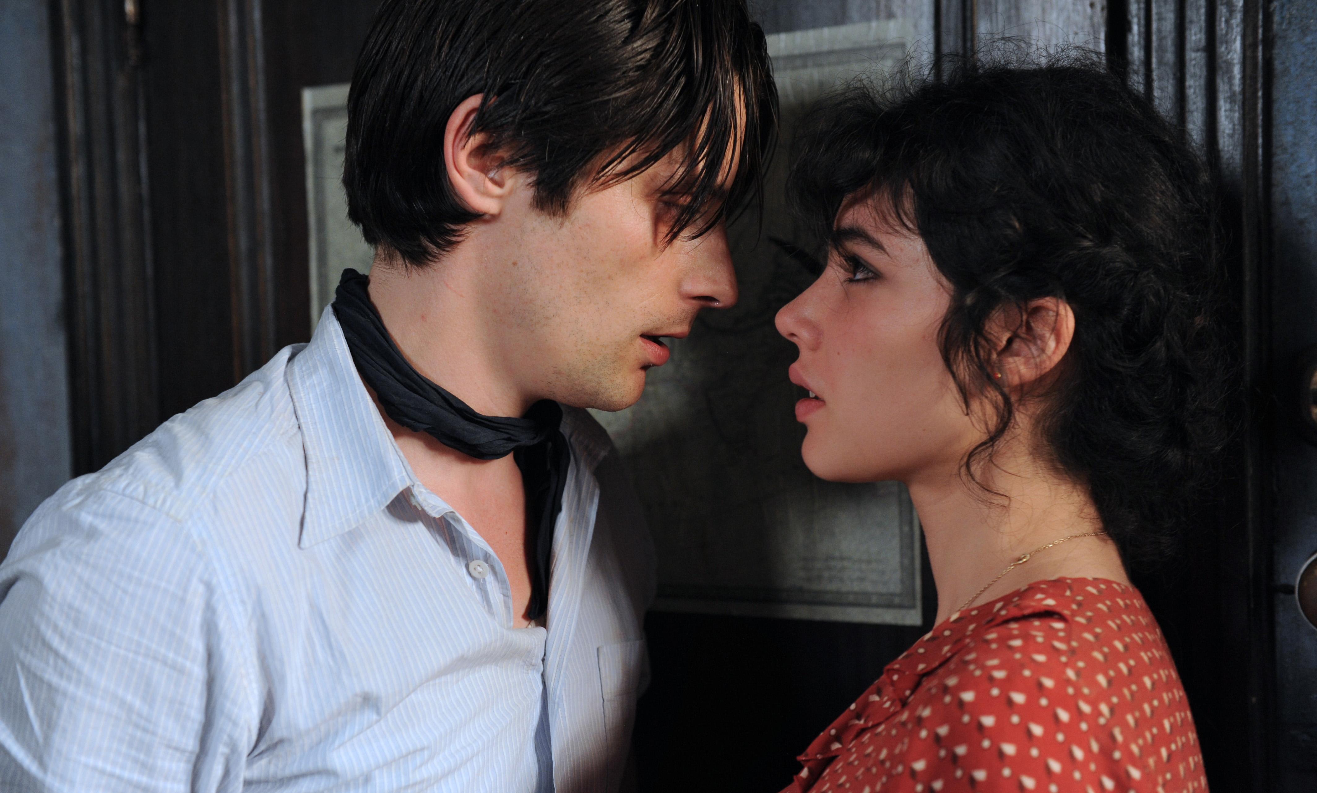 Marius et Fanny sur le point de s'embrasser
