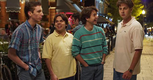 Les 4 garçon debout dans la rue.