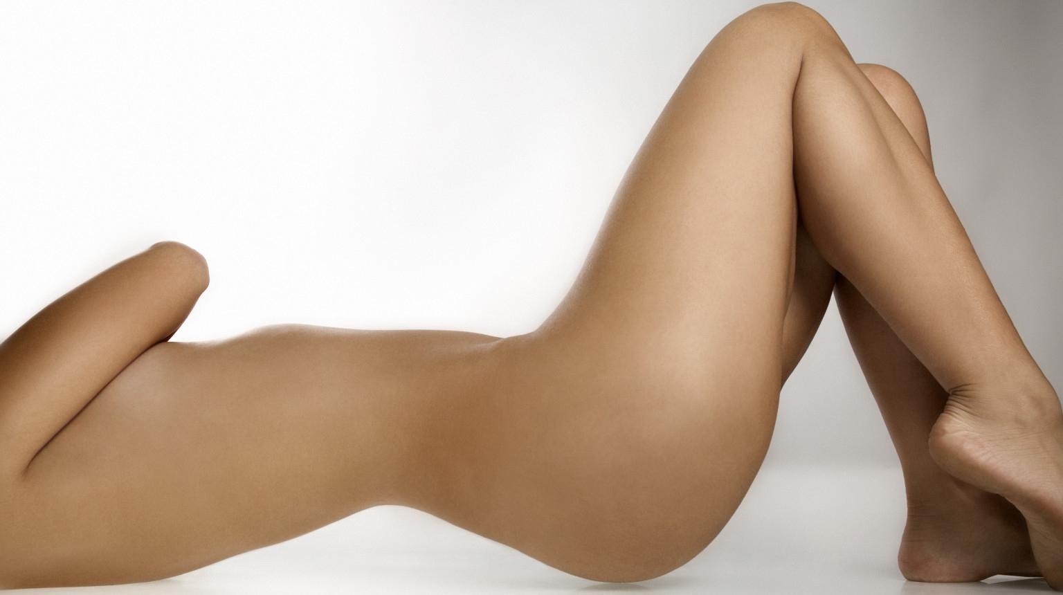 Femme nue, sans visage, allongée sur le dos.