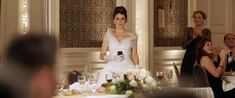 La mariée regarde droit devant elle, avec fureur.