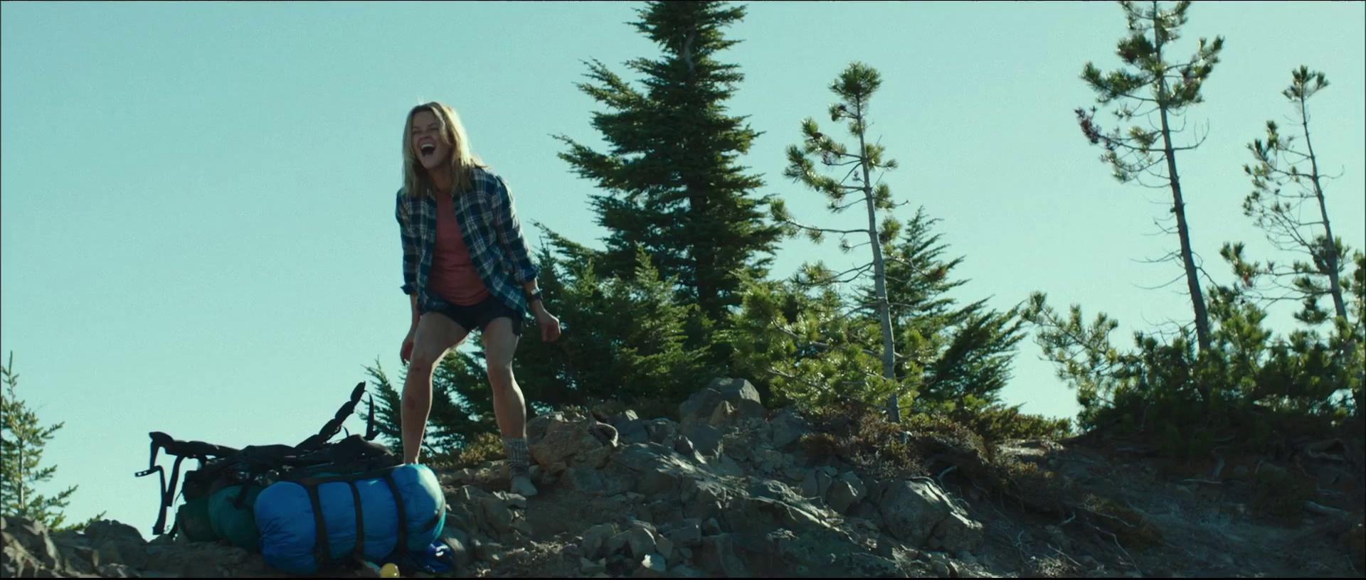 Cheryl hurlant sur un rocher.