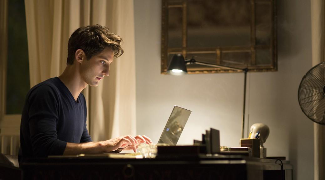 Mathieu devant son ordinateur, dans Un homme idéal