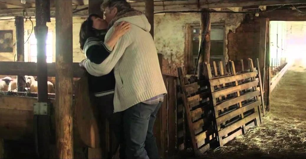 Normand D'Amour et Louise Portal s'embrassent dans Le garagiste.