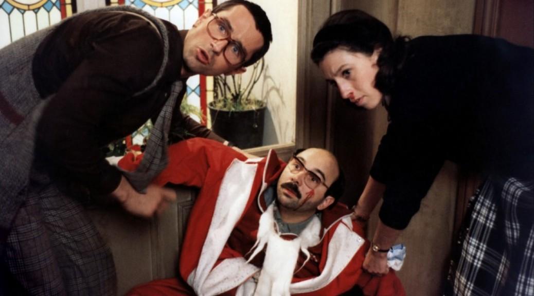 Pierre et Thérèse aide Félix à se relever, dans Le père Noël est une ordure.