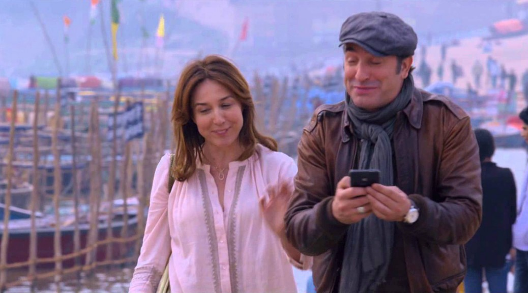 Anna et Antoine marche au bord du Gange, dans Un plus une.