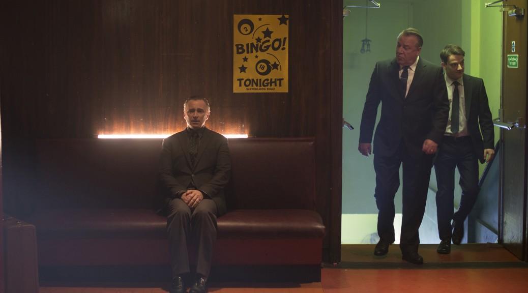 Barney Thomson assis sur un banc