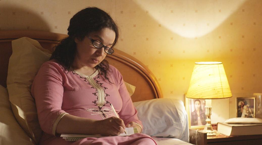 Fatima écrit dans son cahier.