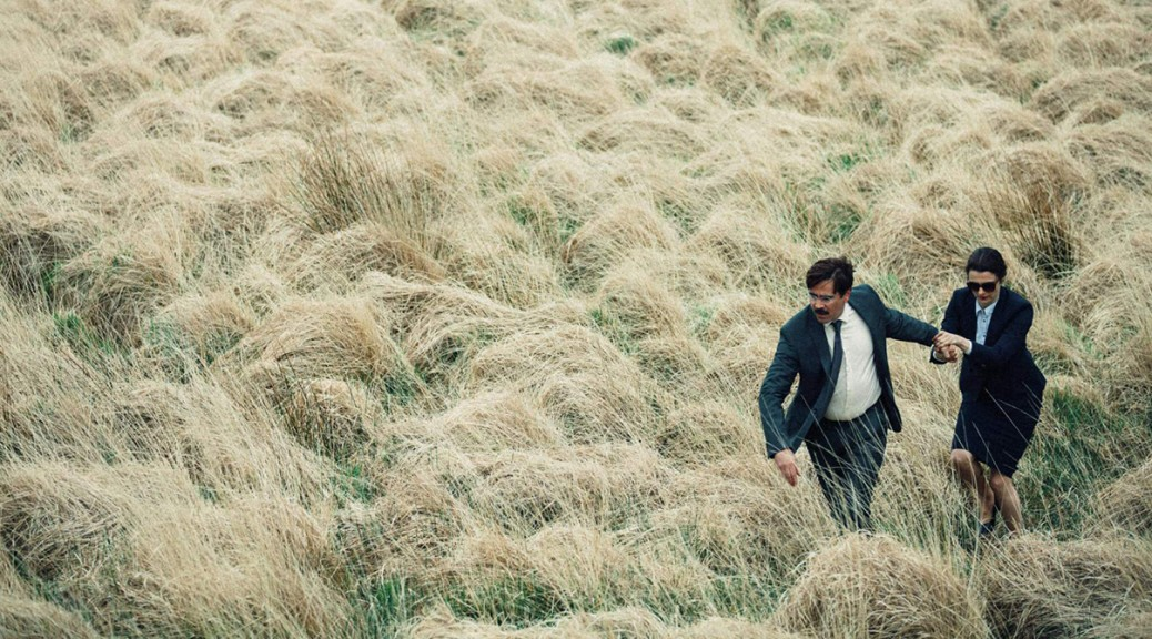 David et sa partenaire courent dans un champ, dans The Lobster.