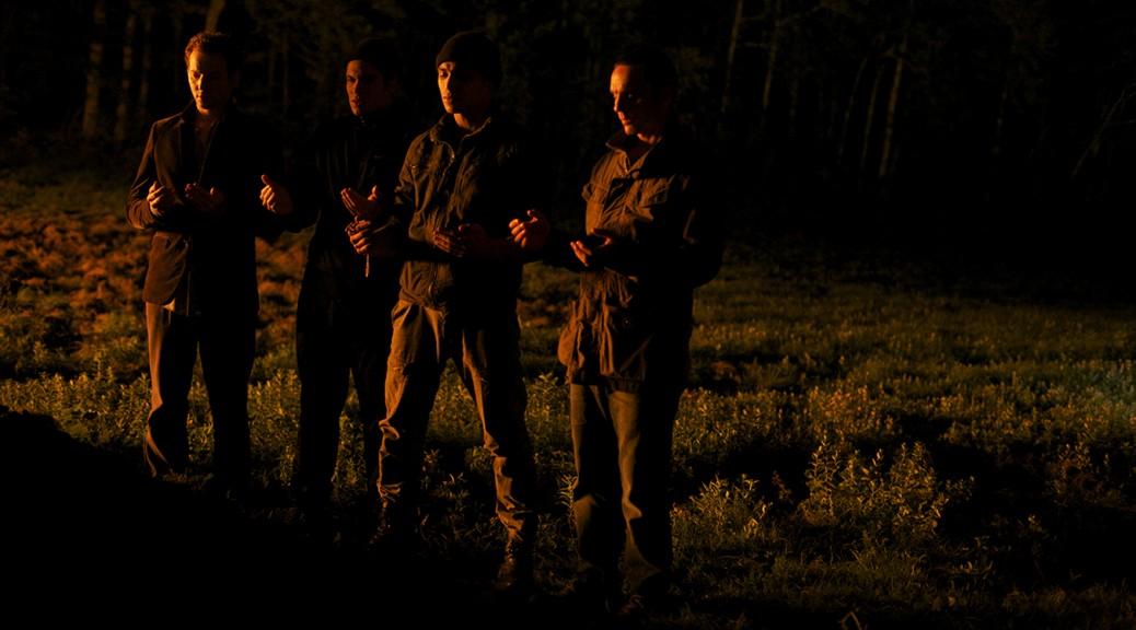 Les membres de la cellule prient, dans Made in France.