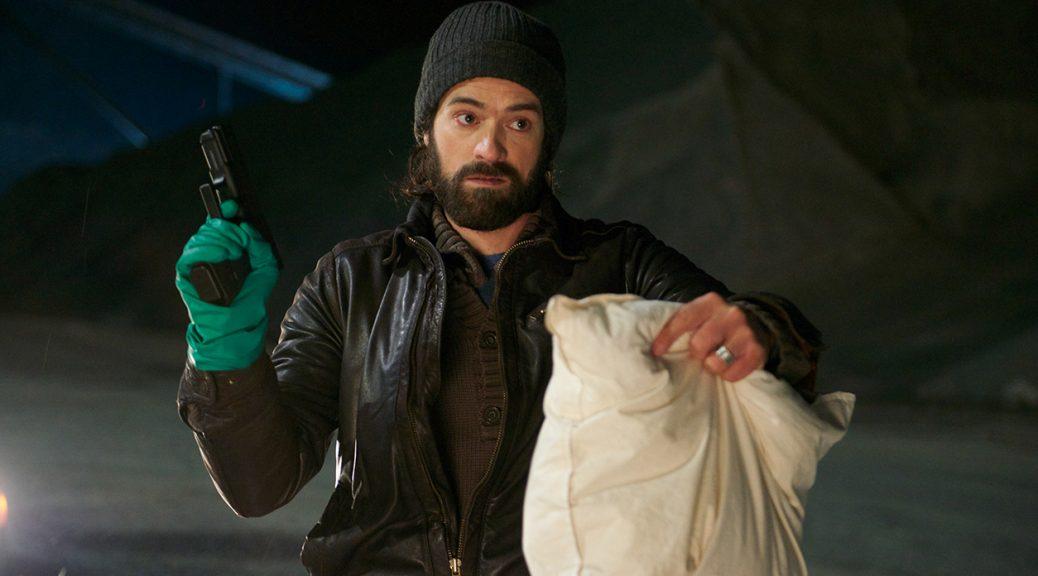 Jacques (Romain Duris) dans Un petit boulot, l'arme à la main.