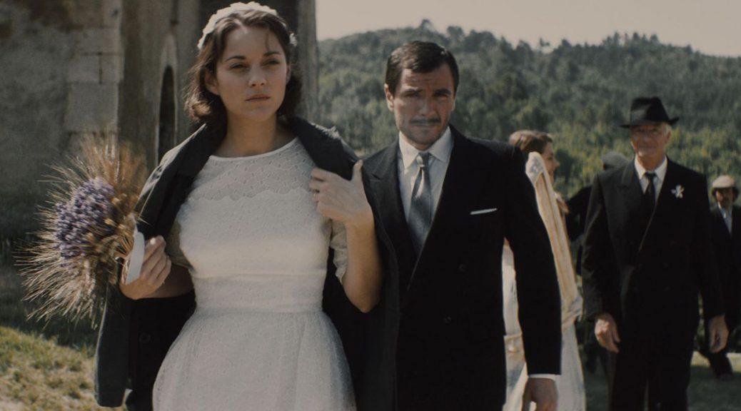 Gabrielle et José sortent de l'église, dans Mal de pierres.