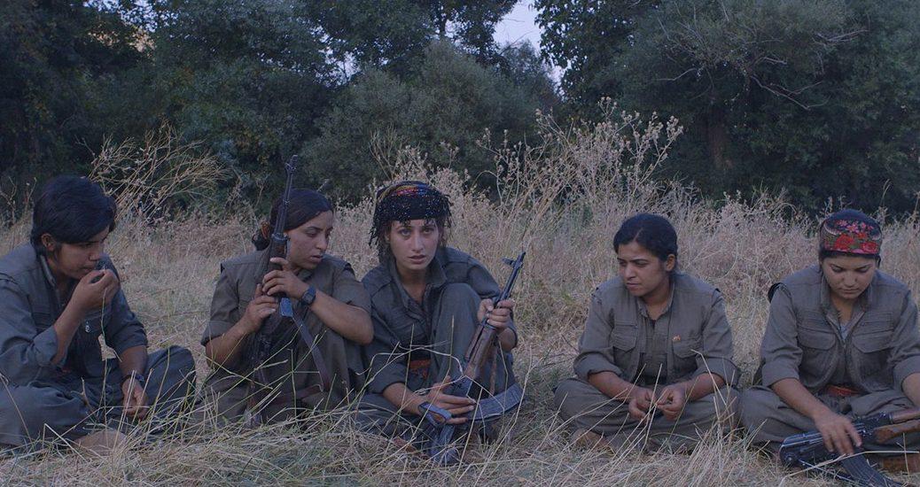 Des recrues en discussion pendant un entraînement, dans Gulîstan, terre de roses