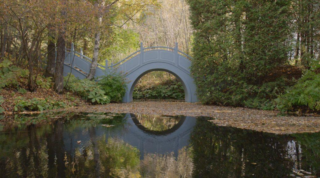 Le Pont de lune des Quatre Vents, dans The Gardener.