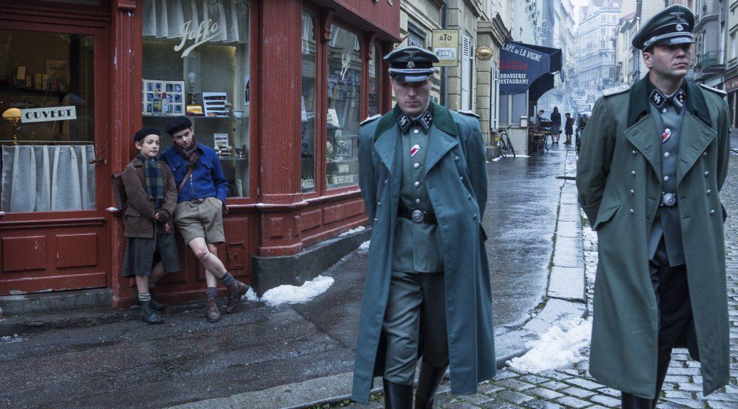 Des soldats allemands arpentent la ville, dans Un sac de billes