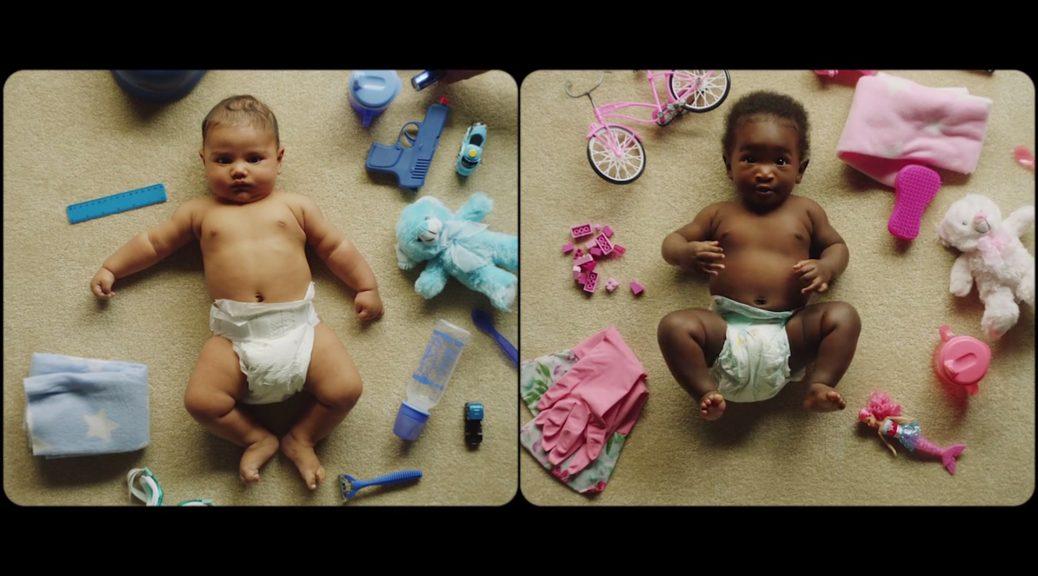 Bébé garçon et bébé fille, dans Pink or Blue