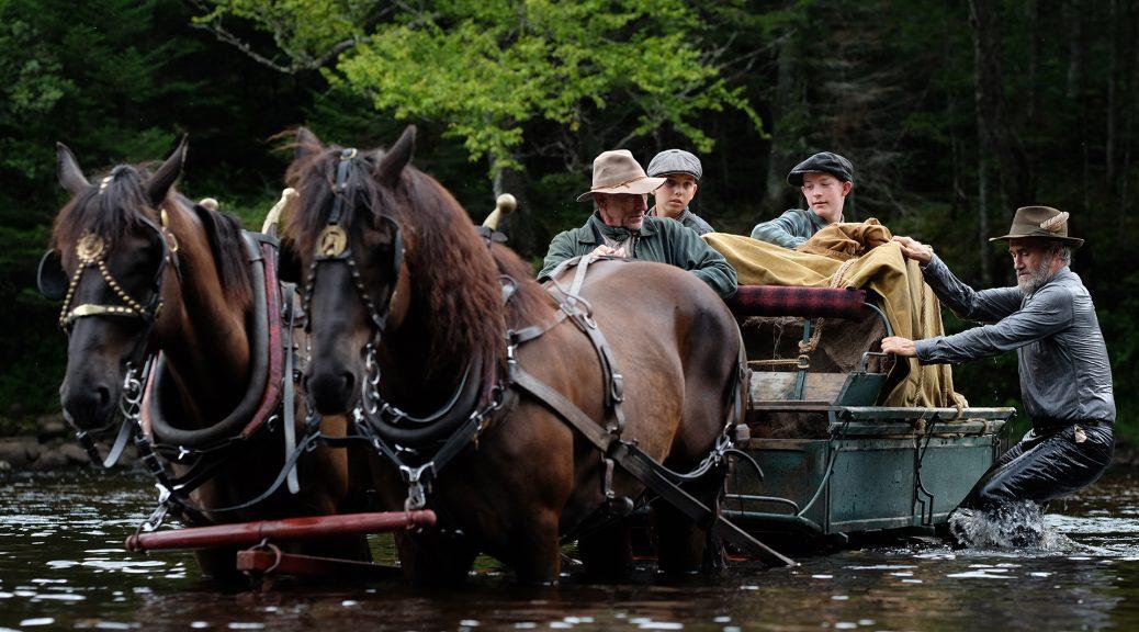 Félix, son frère aîné, leur père Léo et oncle Richard traversent la rivière, dans Pieds nus dans l'aube