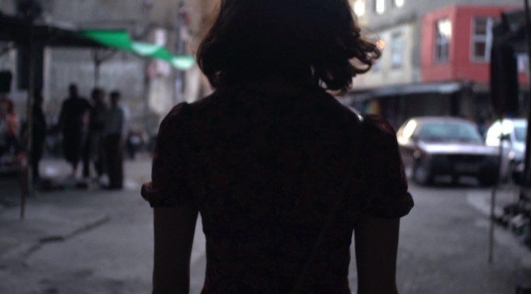 Femme de dos, dans Le profil Amina