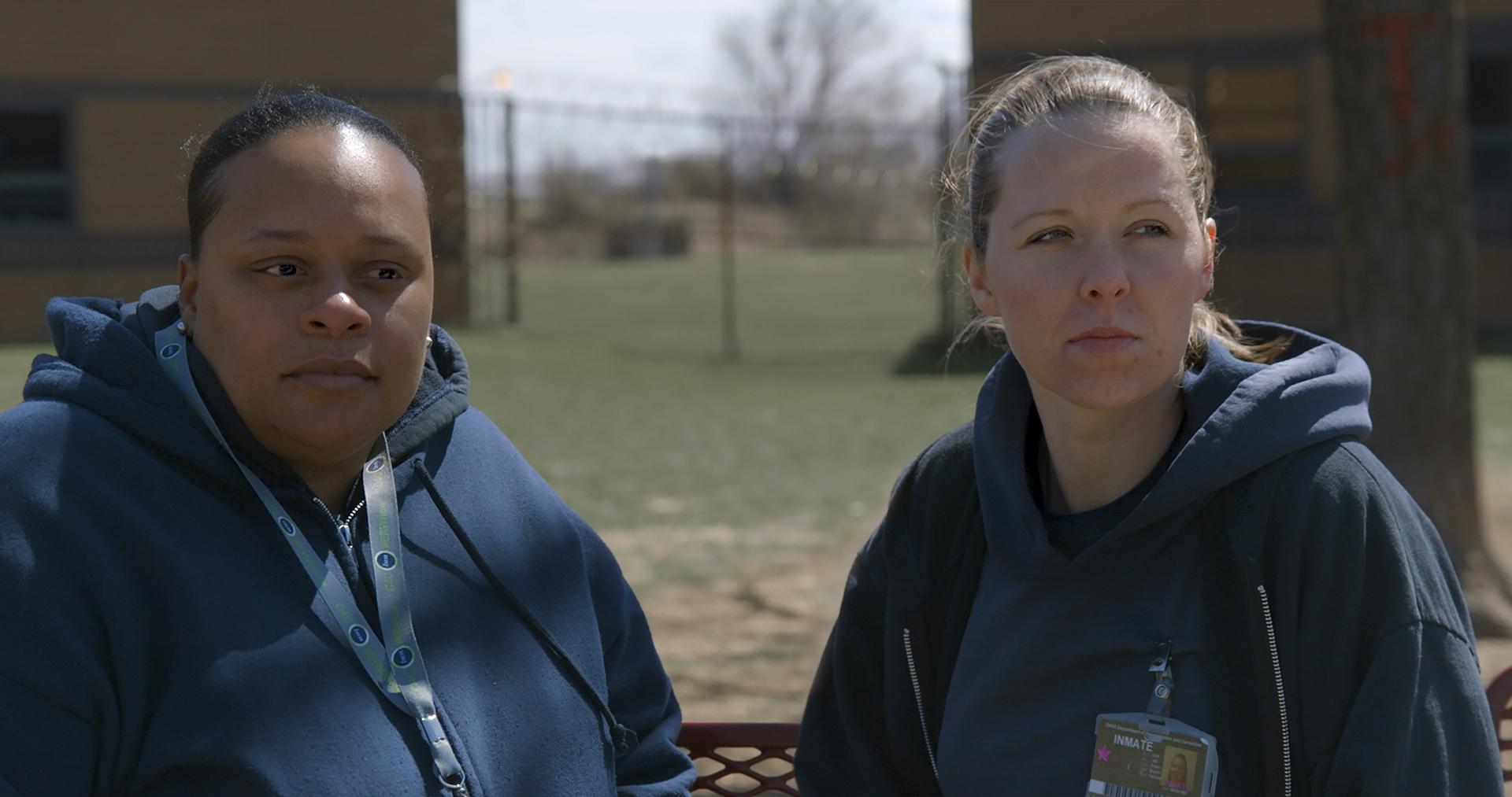 Tomika et Amanda dans la cour de la prison
