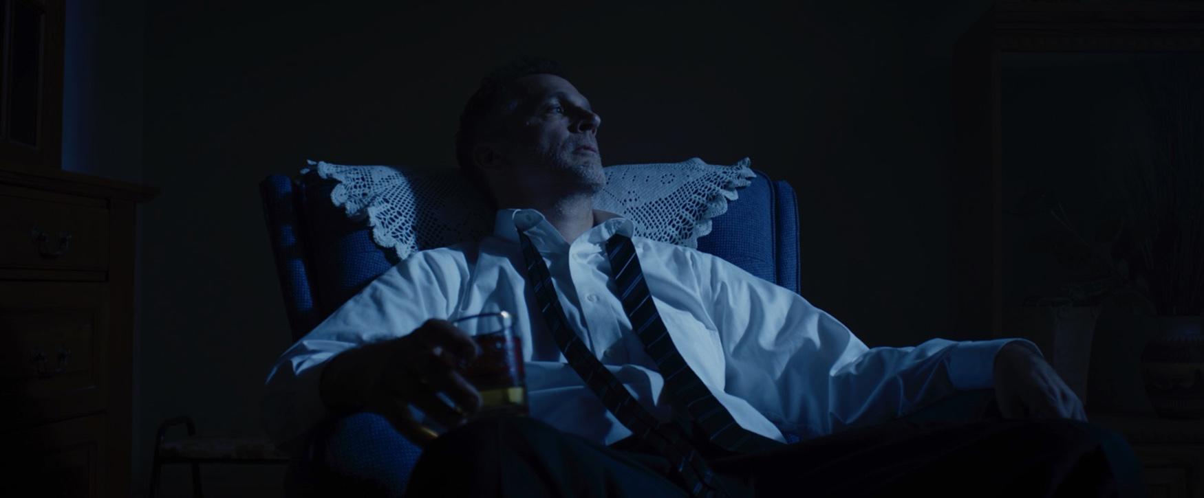 They Who Surround Us - Roman in Chair - Un thème parfait